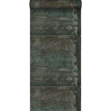 tapet stora slitna rostiga metallplåtar med nitar brunt och ljust bensinblått