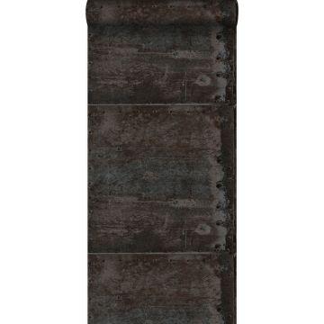 tapet stora slitna rostiga metallplåtar med nitar svart och glänsande pärlemor